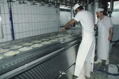 Käserei Klein Bäretswil, Schotte abgelassen, die neuen Käse, Lehrling + Karl Schmidt