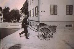 Vor dem ,Bären', Briefträger Otto Walder