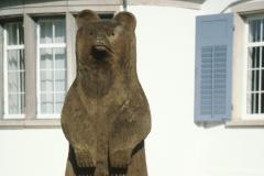 Der neue Bär vor dem Gemeindehaus