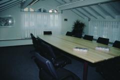 Renoviertes GdeHaus, Nebengebäude, Sitzungszimmer, Tisch aus dem Holz der Bäume vor dem GdeHaus