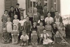 Schule Berg 1945 vor dem Laufbrunnen beim Schulhaus