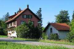 Käserei Kleinbäretswil, mit Anbau Gefrieranlage, Schlachtlokal und Garagen.
