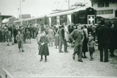 Bahneinweihung 1947, Die Zugskomposition ist eingetroffen, vorne rt Noldi Pfenninger sen.