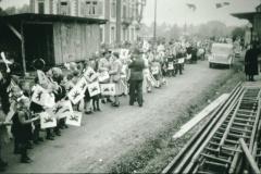 Bahneinweihung 1947, Schulkinder mit Bäretswiler Fahnen