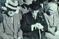 Schulhauseinweihung Dorf 1952, Caspar-Emil Spörri mit Dr.med.Max Haegi, Rüti, hinten Ernst Stutz
