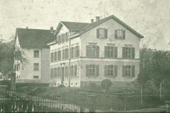 Sek.Schulhaus und Primarschulhaus, beachte alte Abtritte (Plumpsklo)