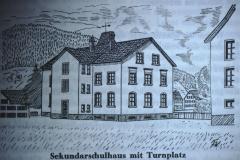 Sek.Schulhaus mit Turnplatz