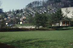 Schulhaus Im Letten, Spielwiese mit Baugespann für die Turnhalle