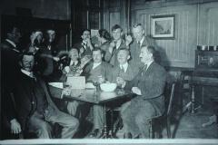 Jakob Heusser (lk) und Walter Stoessel (Waswies, am Tisch hinten)