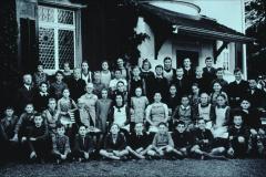 Lehrer Honegger u. Klasse vor dem heutigen Gemeindehaus, vormals Villa Spörri