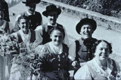 vorne rt Mathilde Heusser, dann Frau Leibundgut mit Otto Walder, dann NN mit Heiri Fischer, Schulhauseinweihung Dorf