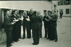Doppel Quartett vor der Linde (geleitet von Carl Diener, Mitte mit Hemdärmeln Reinhold Walder)