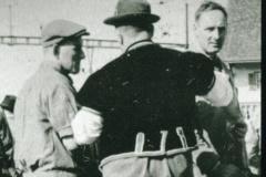 Walter Minnig (von hinten), Hans Gnehm, Viehprämierung