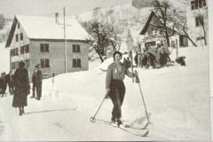 Skifahrerin beim Schulhaus Hof