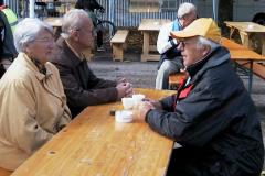 Treffen der Bäretswiler Oldtimer-Freunde. vlnr Margrit und Albert Egli, Albert Wyss (Schwimmauto)