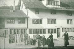 Unterdorf mit seinen Bewohnern, rechts Grossvater von Hansueli Walder
