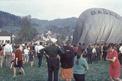 Ballon Landung zwischen Schoggihüsli + Schäppiblock, unser Dani (Albrecht) lk im Bild