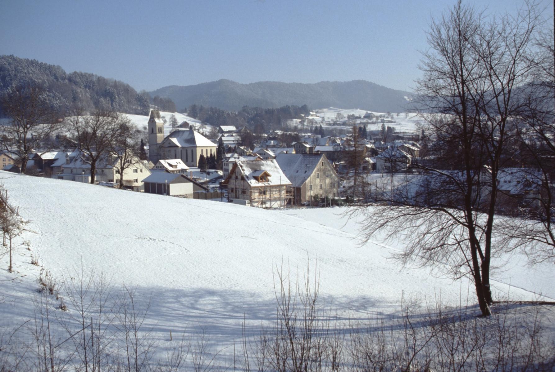 Dorf mit Kirche, aufg. Von der hinteren Ecke Zi 12 Schulhaus Letten