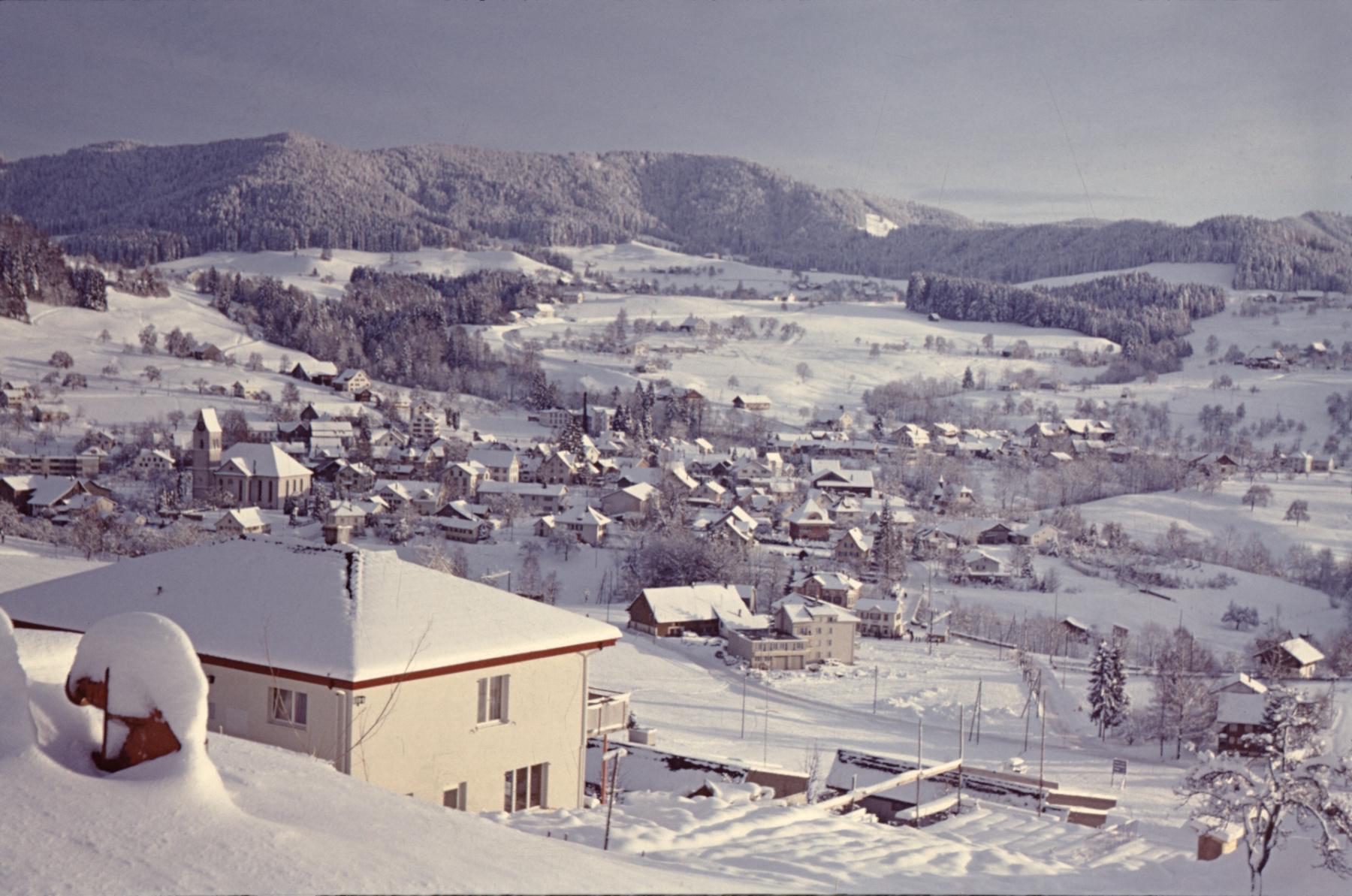 Bäretswil, Blick auf's Dorf vom Aemet aus (Engelsteinstr.20), Belmag Haus Klara Vogt (Baujahr 1967)