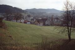 Dorf mit Kirche, aufg. Von der hinteren Ecke Zi 12 Schulhaus Letten, imVG Grundstr.2