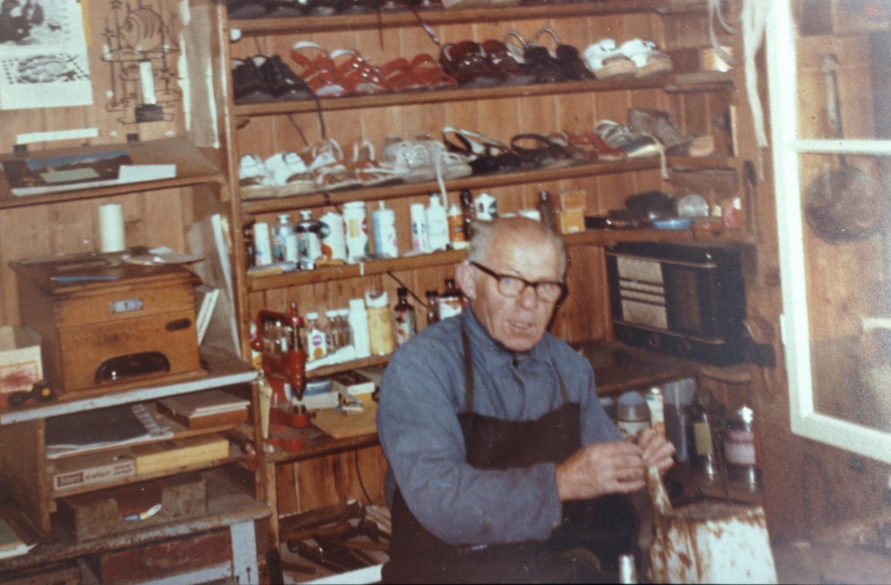 Schuhmacher Robi Egli in seiner Werkstatt