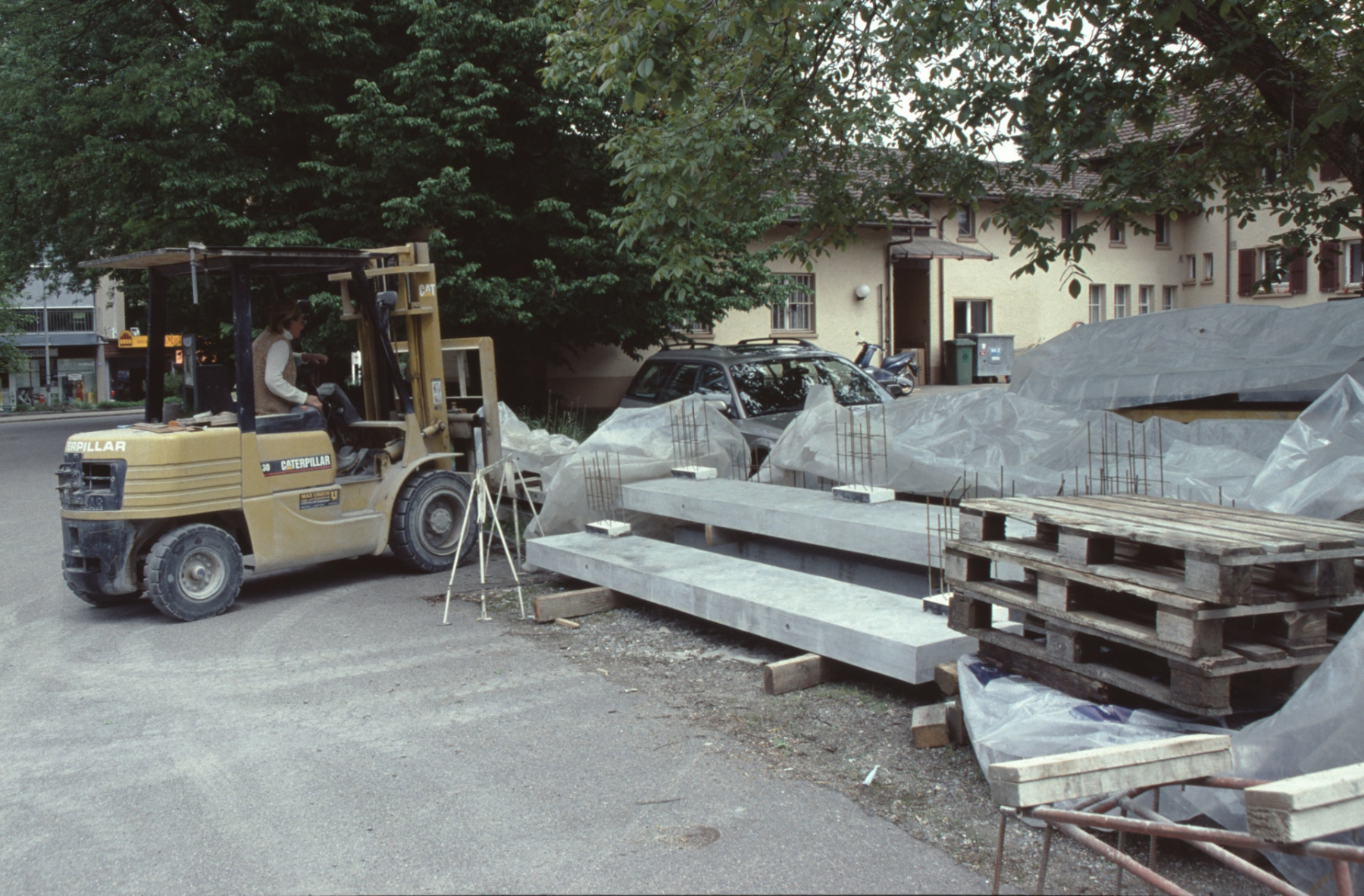 Friedhofstr 1, Beton Elemente Boito. Frau Boito (mit Gabelstappler)