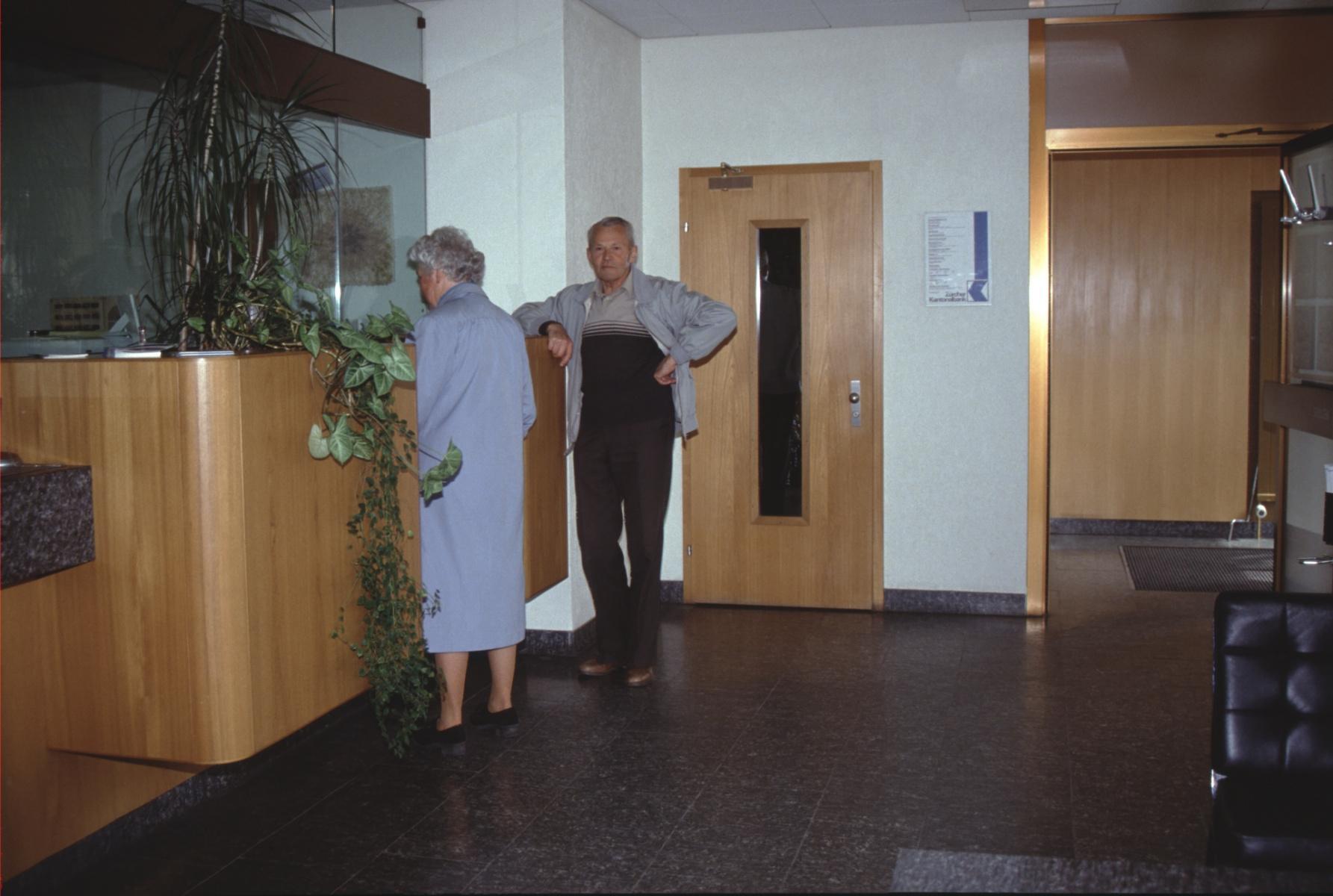 Schalterhalle ZKB mit Ehepaar Erwin Bachmann, Hinterburg