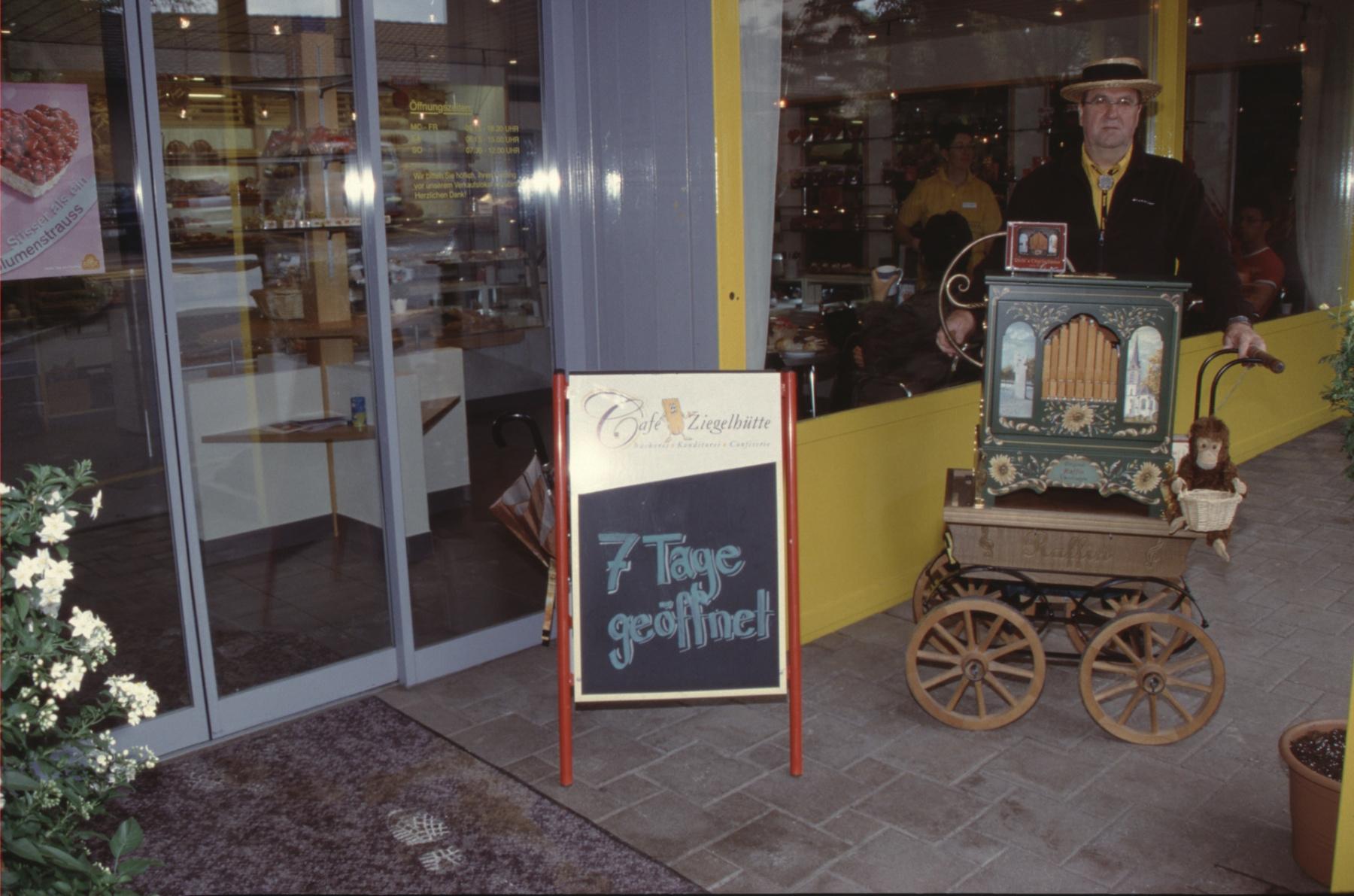 Eröffnung Konditorei Café, Bäckerei Ziegelhütte (Eingang)