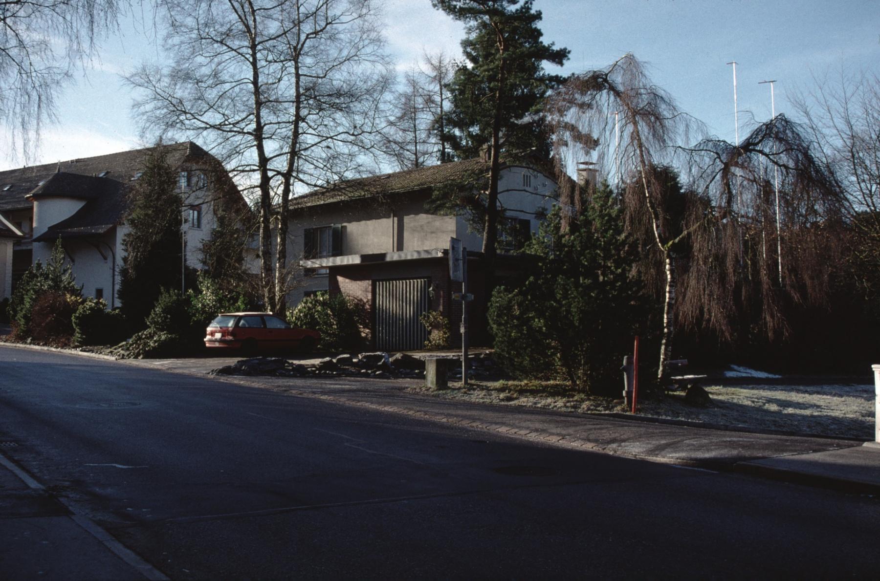 Liegenschaft Walter Bosshard (wird 1998 abgebrochen), links neue Post