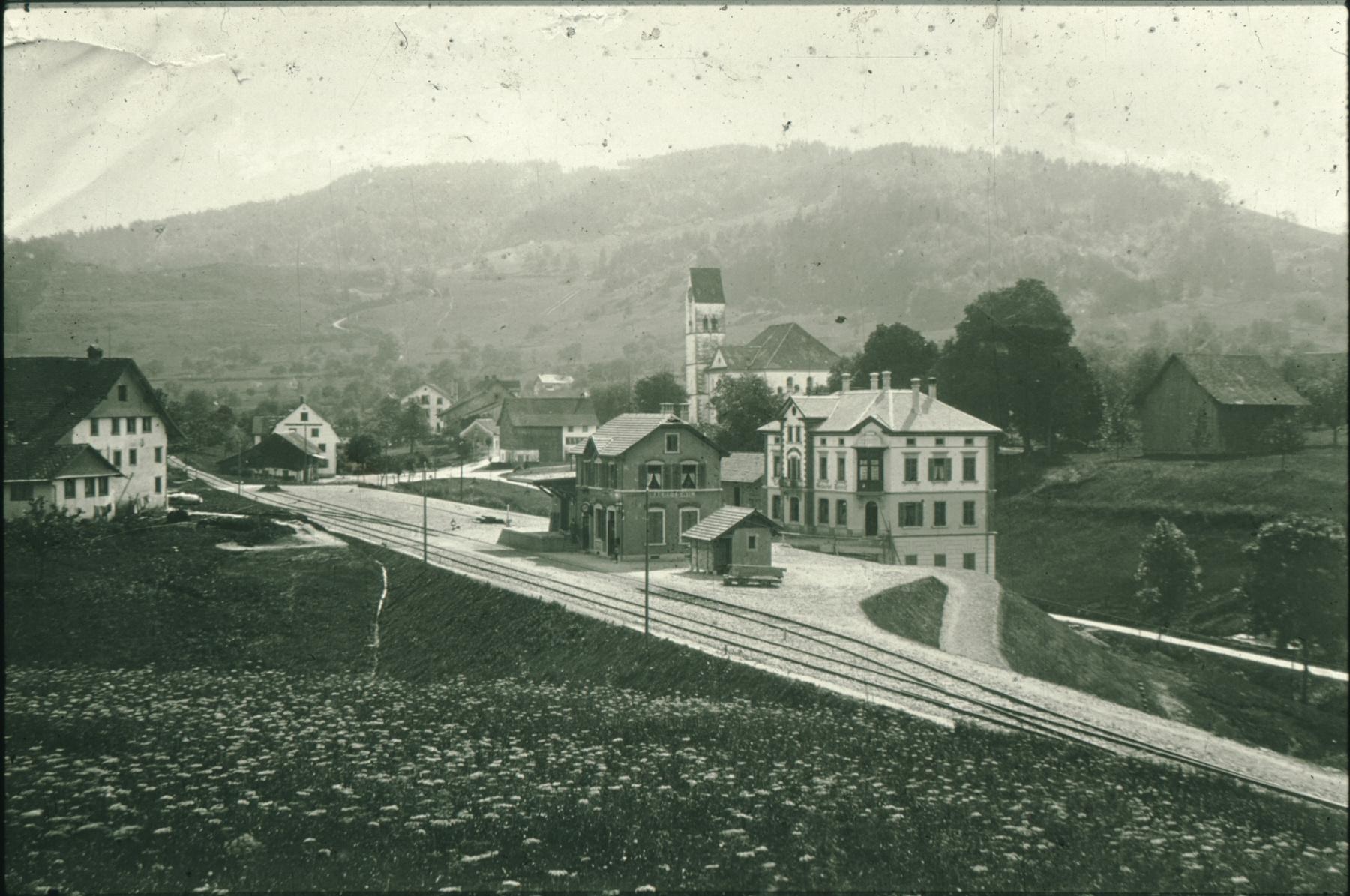 Bahnhof Bäretswil 1901, lk Bauernhaus Wolfensberger, rt Zehntenscheune