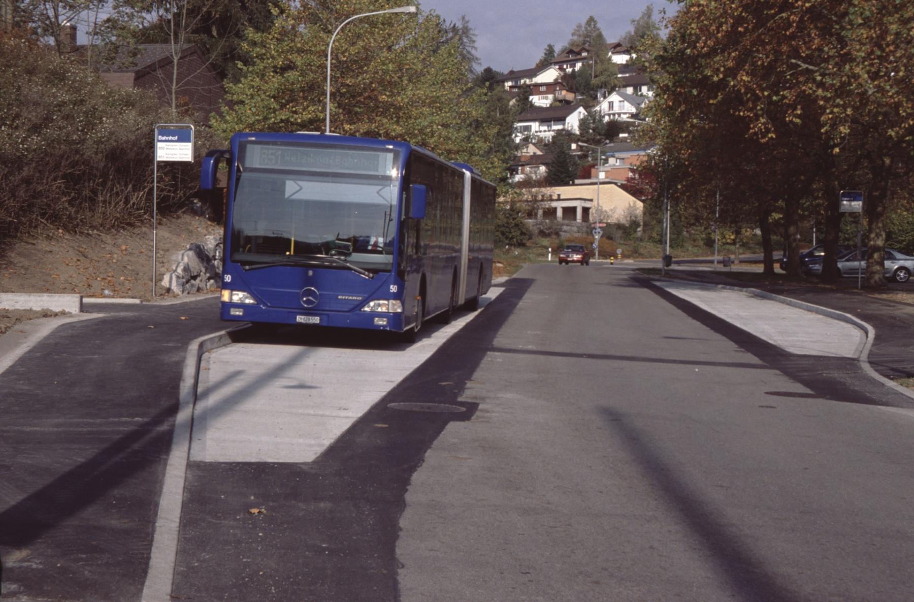 Bushaltestelle mit Bus 851 nach Wetzikon