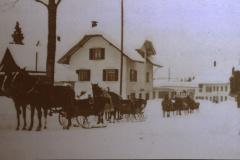 Eingang zur Bahnhofstrasse im Winter mit Pferdegespann