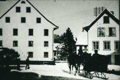 Dorfplatz im Winter, lk Hotel Bären, erbaut 1834/35 durch Wirt und GdePräsi Wolfensberger, Abbruch 1970