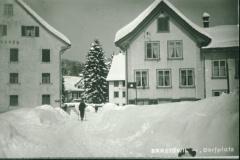 Dorfplatz im Winter, lk Hotel Bären, rt hinten Linde