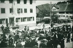 Viehmarkt beim Bären. An Stelle der Gartenwirtschaft und Kegelbahn baut die Wirtefamilie Furrer 1916 eine Metzgerei