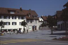 Neugestaltung des Lindenplatzes (1988) nach dem schweren «Linden-Brand» von Heiligabend 1985. Die neue Bettswilerstrasse verläuft jetzt am Ostrand des Dorfes zur Waswies.