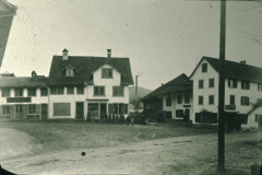 Dorfplatz, seit dem Bau des Bären 1834/35 meist Bärenplatz genannt. Hinten mit Kamin die Spörri Fabrik.
