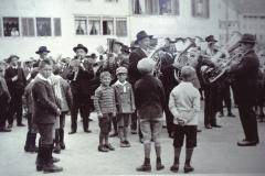 Orchester dirigiert von Vater Küng