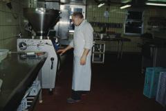 Daniel Meier an der Wurstabfüllmaschine