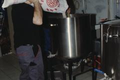 Bierbrauerei in der ,Linde', Hopfen wird ins heisse Wasser geschüttet
