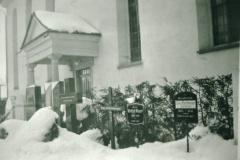 Ref. Kirche Gräber vor der Kirche