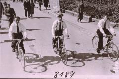 Veloclub mit Standarte, Schulhauseinweihung 1952, vl Robi Egli, Ernst Stutz