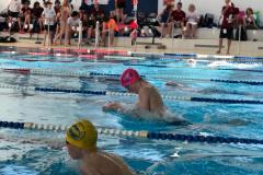 versierter Schwimmer für Startsprung und Brustgleichschlag, Nino Rüfenacht JG 2003 mit pinker WSB Wettkampf Bademütze