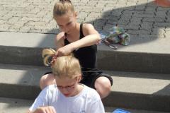 Vorbereitung für Kürwettkampf: Lili Wymann und Leonie Riesen beim Kämmen und Schminken