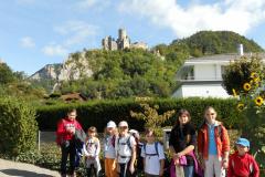 Wandergruppe mit Ruine Neu-Falkenstein