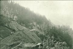 Bahnbau unterhalb Viadukt