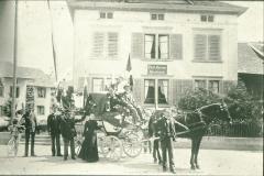 Postkutsche (mit Trauerflor) vor dem Postbüro Bäretswil mit letztem Postillon Hans Jakob Grimm-Pfister