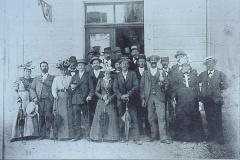 Dürnten. Einweihung UeBB Station Dürnten. Festlich gekleidete DürntnerInnen empfangen den 1. Zug