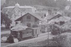 UeBB. Station Hinwil, Ausfahrt eines UeBB-Zuges Ritg. Dürnten, grosses Gebäude-Hotel Bachtel, abgebrannt 1936