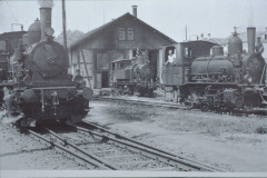 UeBB. Depot Hinwil, lk Ausfahrt eines Zuges nach Bäretswil, Lok 402 wartet auf Fahrbefehl